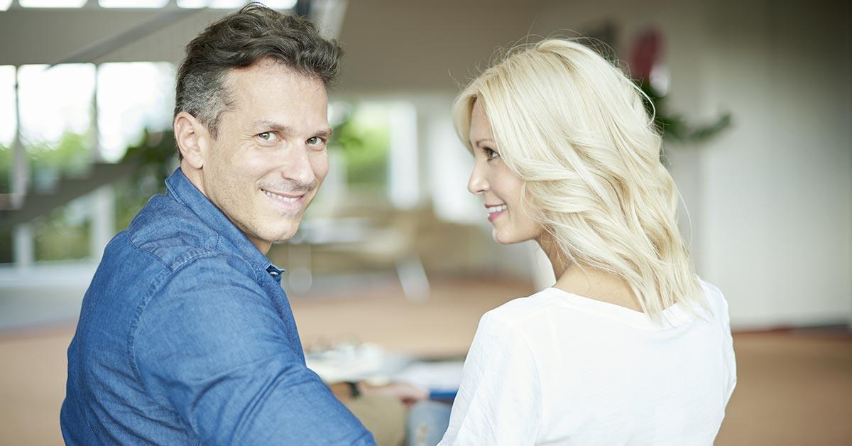 immagine di una coppia felice perché lui ha ritrovato il benessere di prostata e sesso con l'aiuto dei fitoterapici