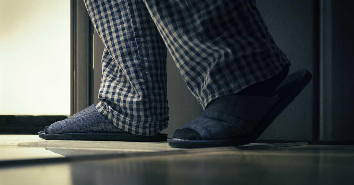 immagine che rappresenta un uomo costretto ad alzarsi durante la notta per urinare